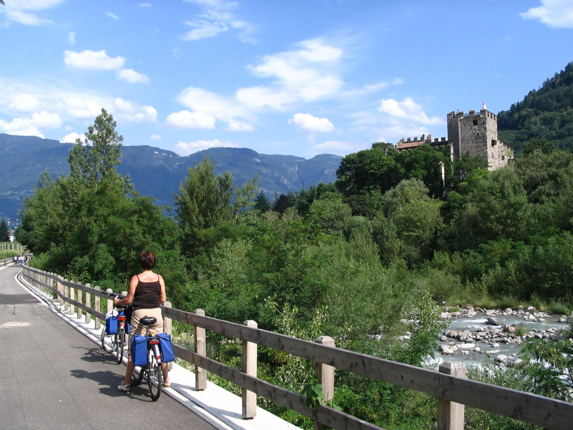 Etschradweg bei Burg Dornsberg